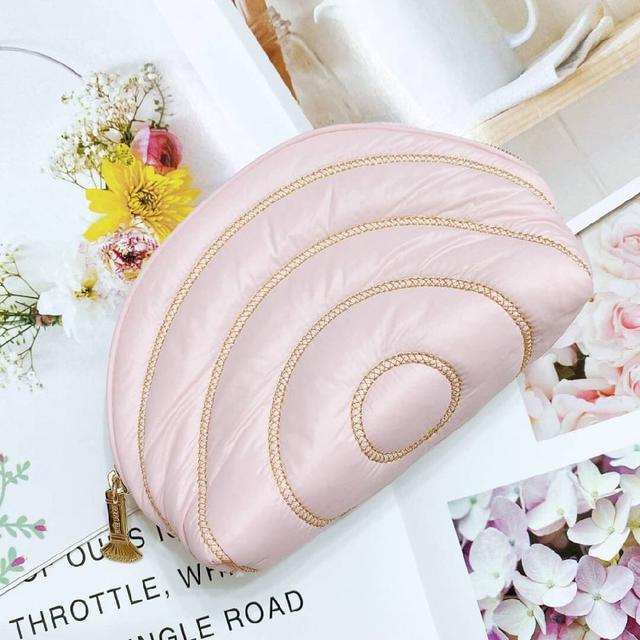 雅詩蘭黛 粉紅緞面貝殼包