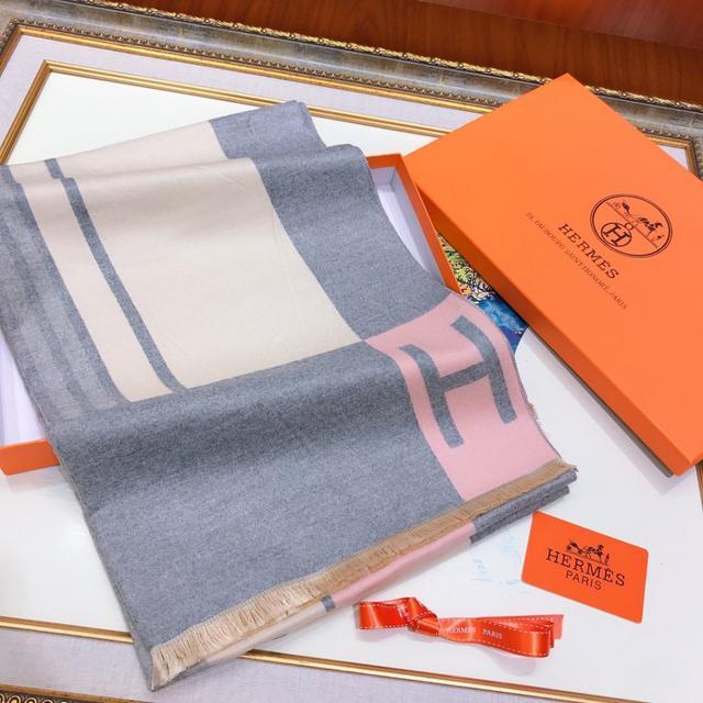 愛馬仕(Hermès)年度秋冬新款 強烈推薦的一款絲巾圍巾 經典大H字母設計 尺寸180X70灰色