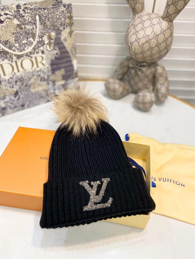 【LV】2020秋冬專櫃針織毛線帽搭配貉子毛球