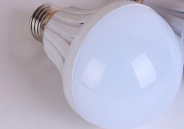 智慧省電應急燈泡 露營燈 烤肉燈 手電筒 演唱會 跨年 聖誕燈泡