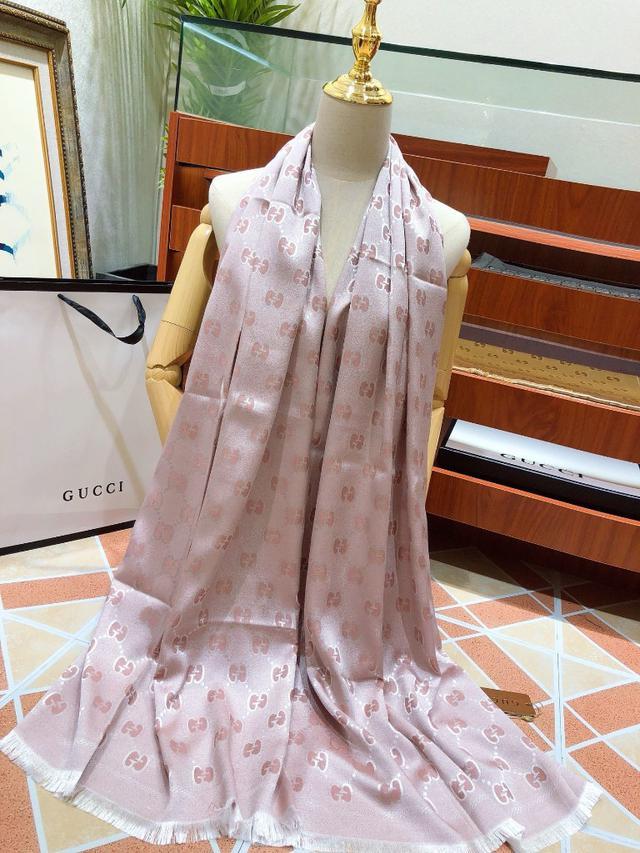粉色古奇(古馳)最新爆款絲巾圍巾自然的光澤一面真絲數碼印花➕舒適親膚羊絨貴氣十足大型商場直供