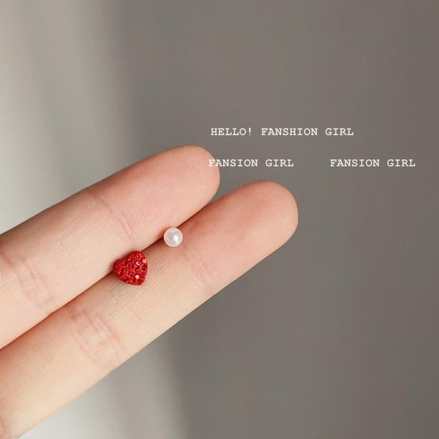 925銀針迷你不對稱珍珠愛心耳釘 簡約小巧睡覺不用摘耳飾耳環