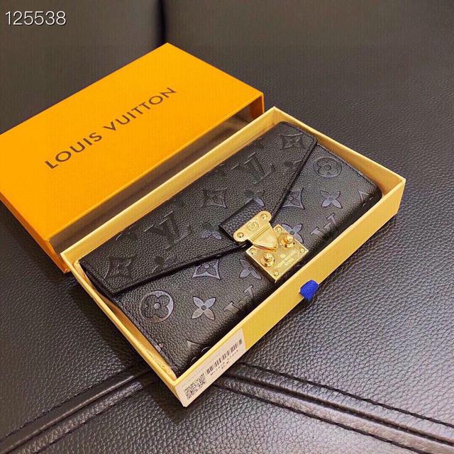 Lv 壓花長夾 16個信用卡槽- 1個拉鍊硬幣袋- 2個帶撐板大號隔層- S形鎖扣-