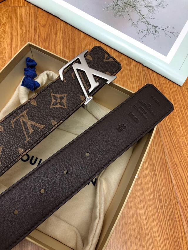 LV:此款腰带采用双面设计