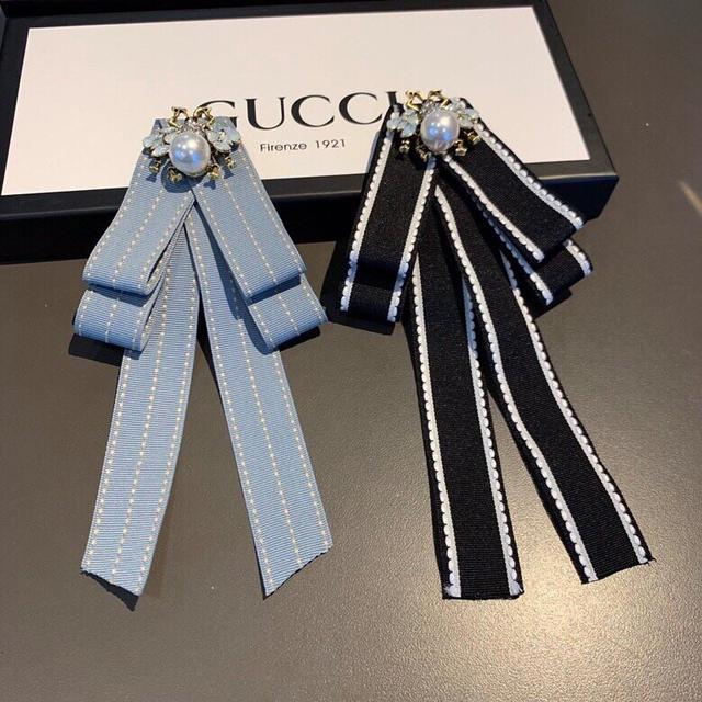 GUCCI (古奇)新款珍珠胸针/领结♥️搭配衬衫/毛衣和纯色大衣都非常漂亮、超级百搭哦。