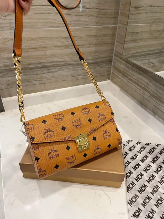 [MCM]Patricia斜挎包 單肩包 多用款 折疊翻蓋錢包,採用塗層帆布製成搜索碼:119520
