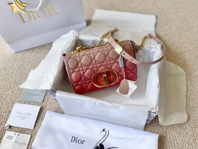小號Dior Caro手袋 新款Dior Caro手袋採用牛皮革精心製作