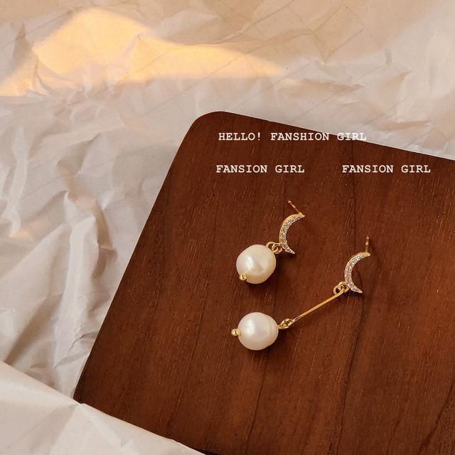 微鑲鋯石淡水珍珠925銀針不對稱設計感月亮耳釘女氣質IG耳飾耳環