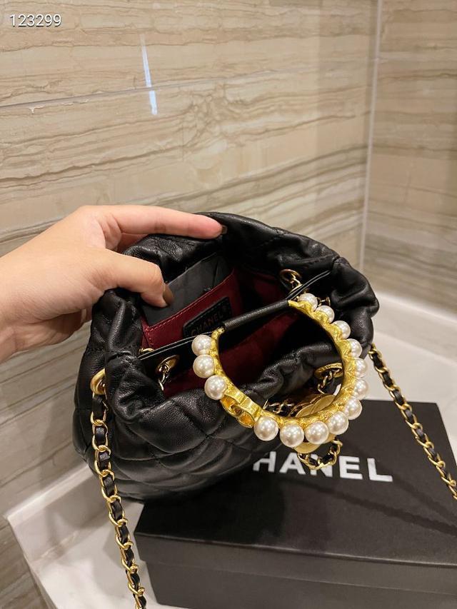 原單 牛皮Chanel 珍珠水桶包 🛍專櫃款全牛皮打造容量一流金屬扣肩帶,21新品單肩斜挎水桶包