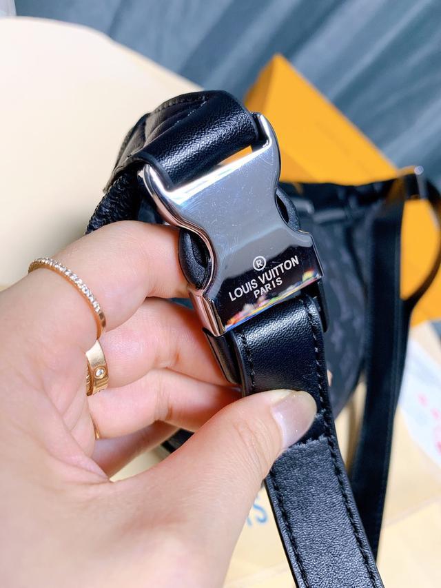 """高品质!""""Louis Vuitton""""路易威登LV Discovery系列 黑花腰包,全套专柜包装"""