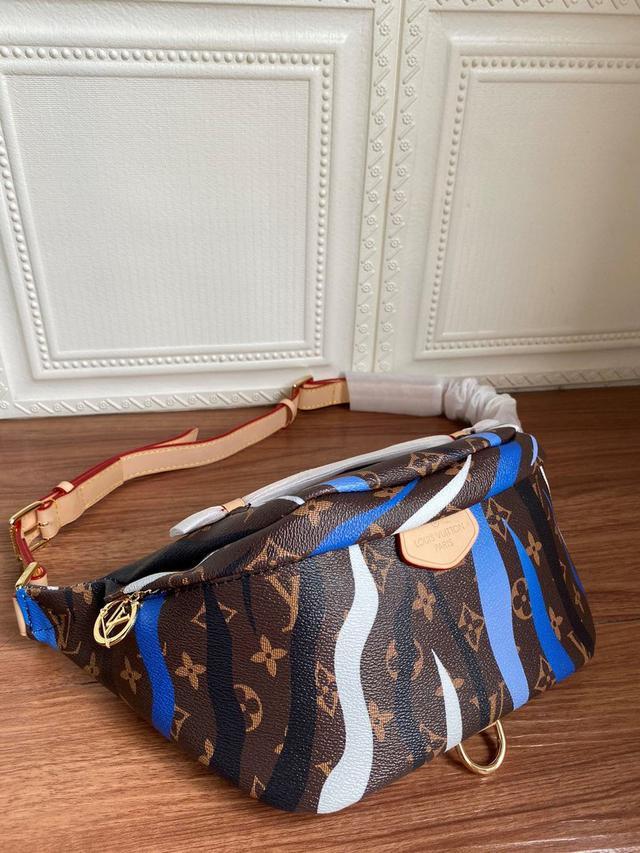 蓝色 x 英雄联盟胶囊系列腰包以 Monogram 帆布裁制多功能设计,点缀 Circle 拉链头
