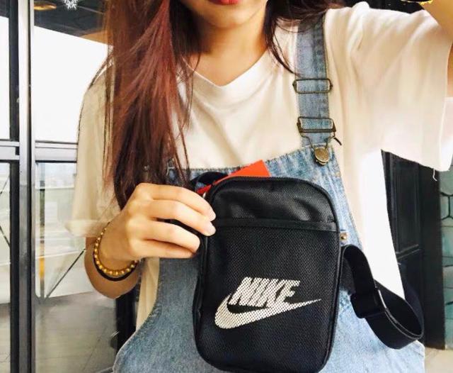 Nike/耐克黑色运动休闲单肩包 斜挎包