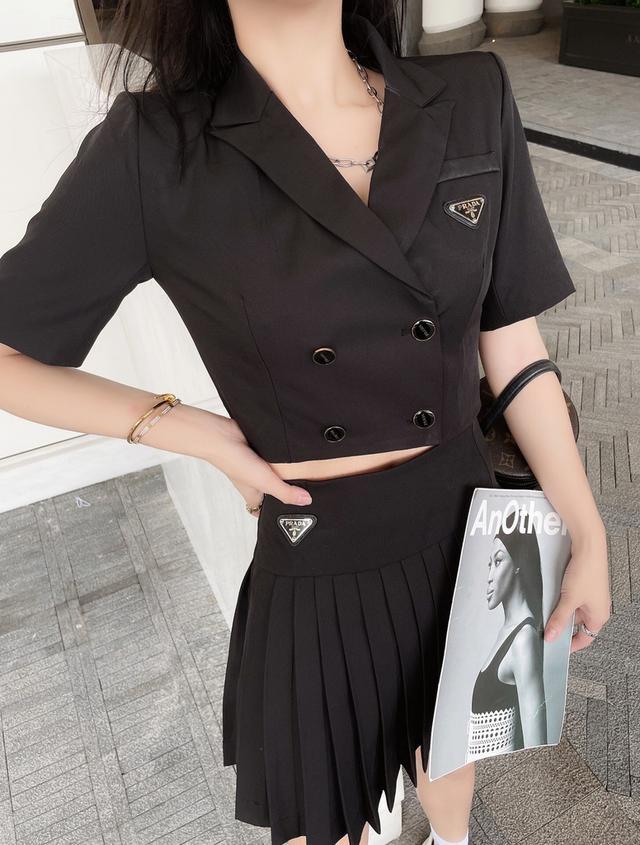 普拉达西装+百褶裙套装