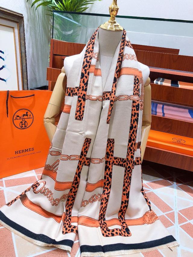 愛馬仕(Hermès)皇家鎖鍊圖案絲巾圍巾 深入人心的經典 低調卻釋放着奢華與高雅 搭配 180*70