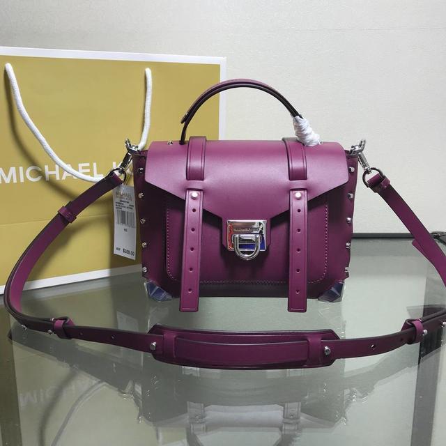 原單品質 斜挎包为经典的行李箱包带来现代感。采用柔滑的意大利皮革制成