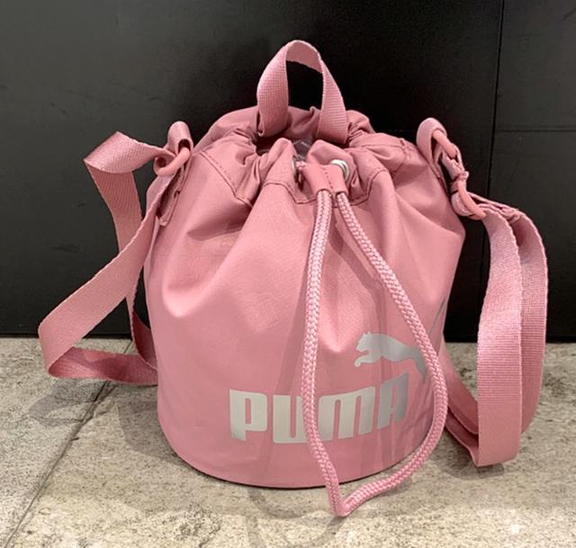PUMA 水桶包 經典LOGO 黑/粉 077388
