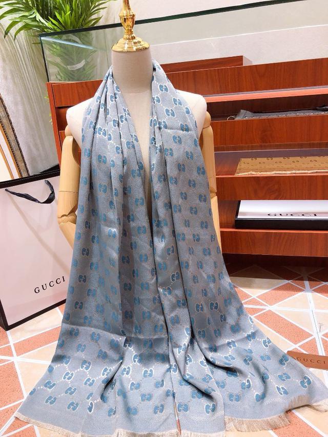 藍色古奇(古馳)最新爆款絲巾圍巾自然的光澤一面真絲數碼印花➕舒適親膚羊絨貴氣十足大型商場直供